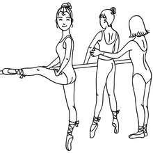 صفحة تلوين صف باليه مع معلّمة وفتيات يعملن على وضعياتهن