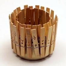وعاء قلم رصاص مع مشابك الغسيل